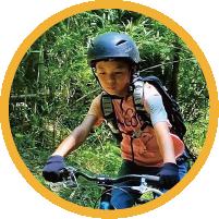 少年が自転車に乗る